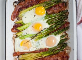 Breakfast in minutes: One-Pan Crispy Bacon and Roasted Asparagus with Baked Eggs