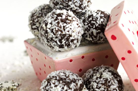 Healthy Chocolate Truffle With Coconut and Almond {Gluten Free, No Sugar Added, High Protein & Low Fat}