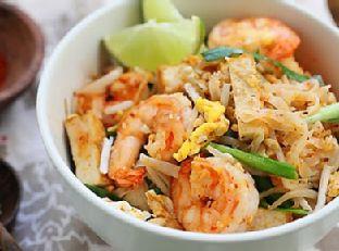 Shrimp Pad Thai on the Lighter Side Skinnytaste